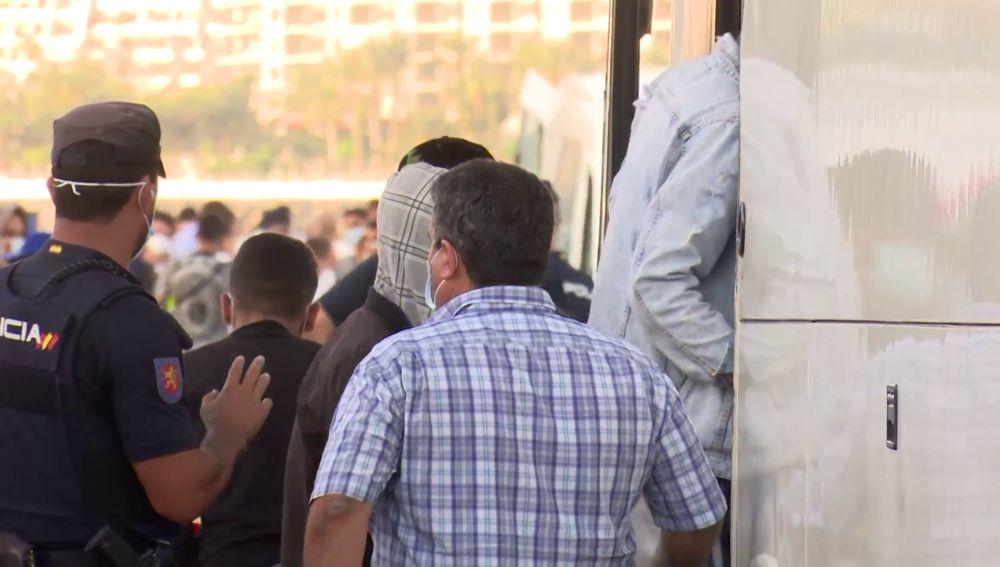 Inmigrantes trasladados del puerto de Arguineguín