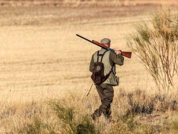 Imagen de archivo de un cazador en un campo