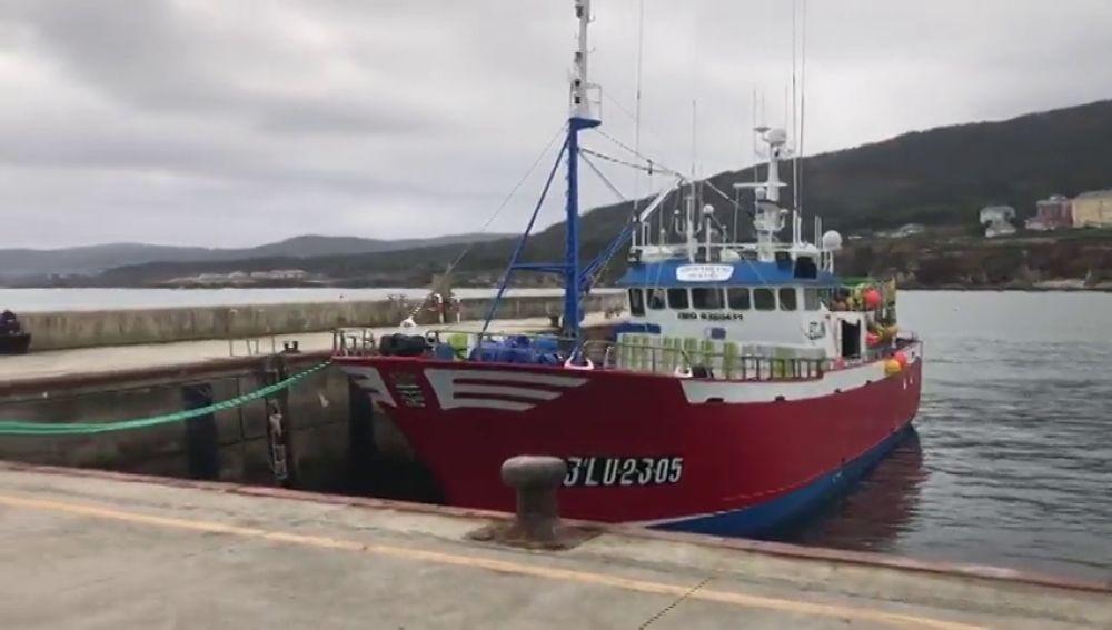 Trasladan al hospital a un marinero con coronavirus aislado con otros 16 en un barco en Burela