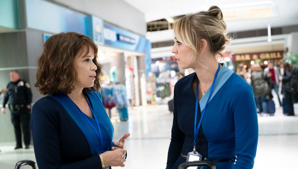 Rosie Perez y Kaley Cuoco en 'The Flight Attendant'