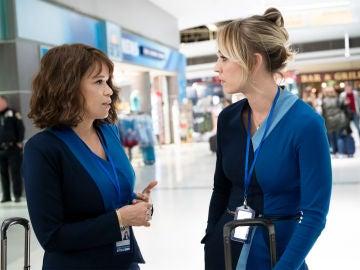 Rosie Perez y Kaley Cuoco en 'The Flight Attendant'