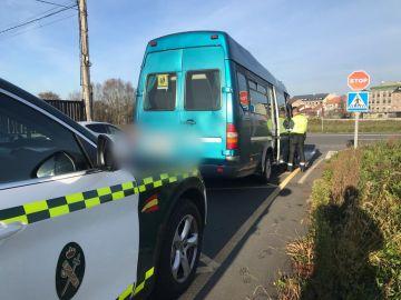 Interceptada a una conductora que trasladaba a 12 niños en un autobús escolar, pero sin puntos en el carnet de conducir