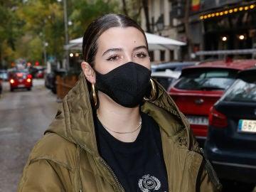 Alba Díaz, con una mascarilla diseñada por su madre Vicky Martín Berrocal
