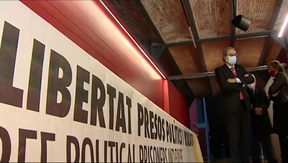 Quim Torra entrega al Museu d'Història de Catalunya la pancarta por la que fue inhabilitado