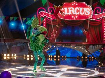 El Camaleón anima a todos en 'Mask Singer' al ritmo de 'Salta'