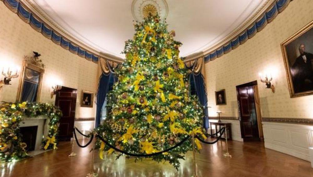 Imagen del árbol de Navidad en el Salón Azul de la Casa Blanca