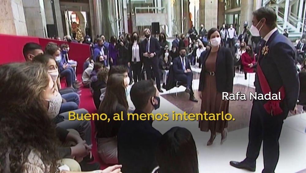 """La 'pillada' a Rafa Nadal e Isabel Díaz Ayuso en un corrillo con jóvenes: """"Esto lo gano por 'collons'"""""""