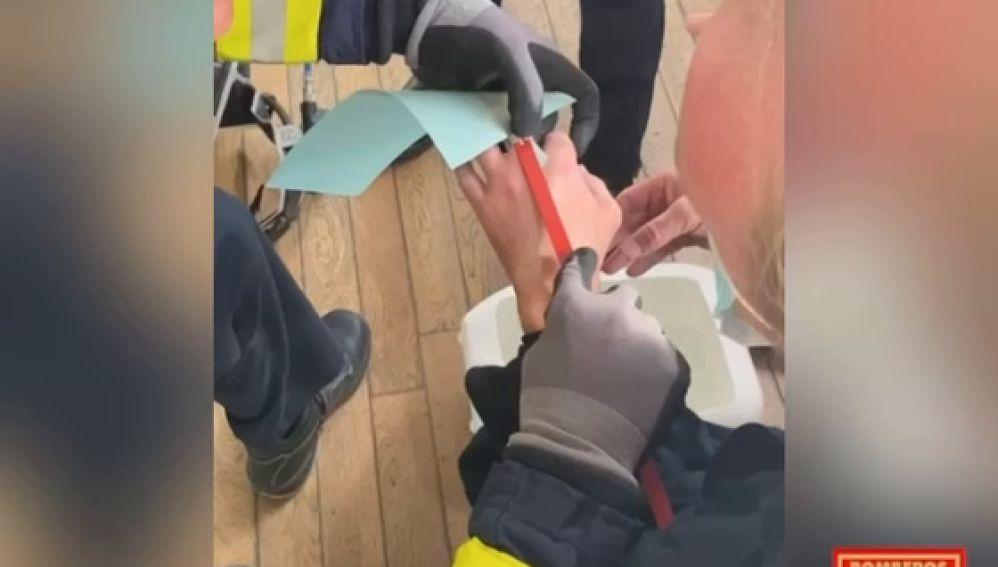 Así cortan los bomberos de Alicante con una radial el anillo a un hombre con el dedo hinchado por una avispa