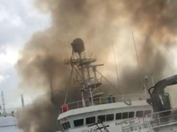 Aparatoso incendio en un pesquero amarrado en el Puerto de Vigo