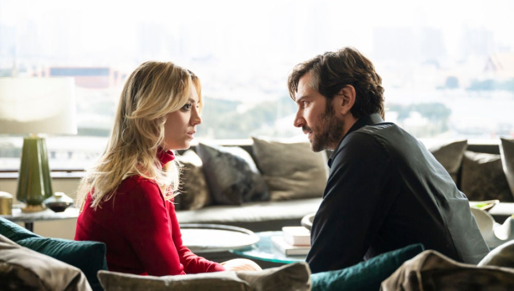 Kaley Cuoco y Michiel Huisman en 'The Flight Attendant'