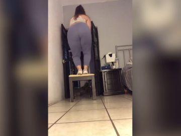 El divertido vídeo viral en el que a una mujer se le rompe una silla mientras está bailando