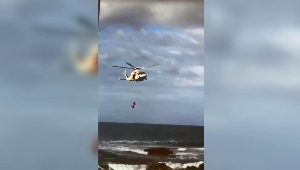 El peligroso y angustioso rescate de un bañista atrapado en una roca en la playa de La Calera, en la Gomera
