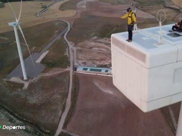 La nueva modalidad del salto base: tirarse desde un molino de viento