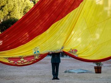 Un militar sujeta la bandera española