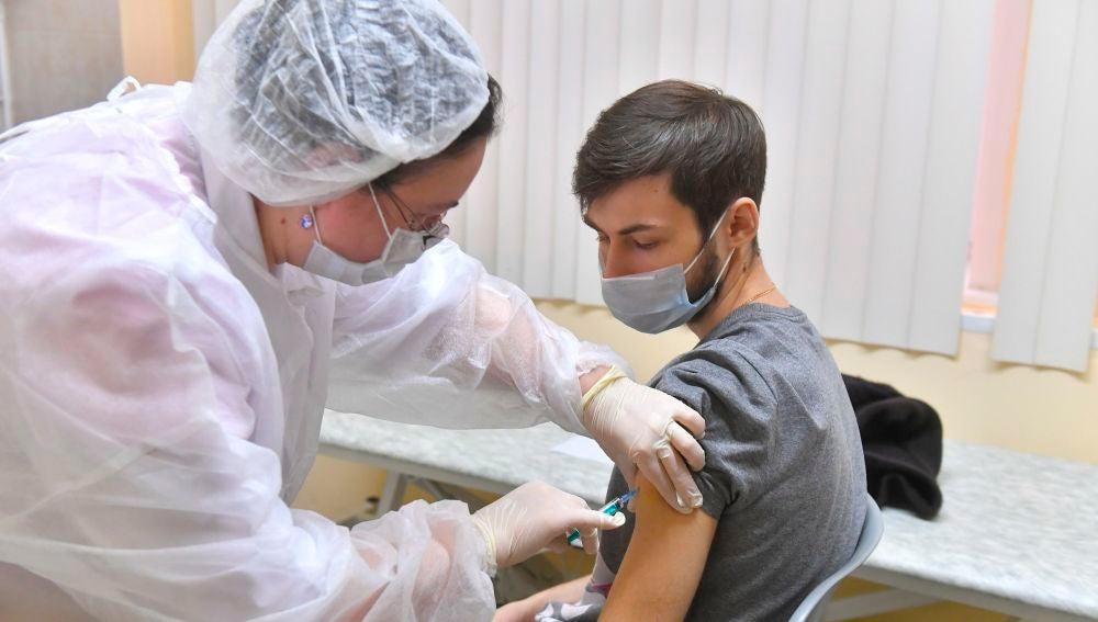 Un joven es vacunado contra el coronavirus en Moscú