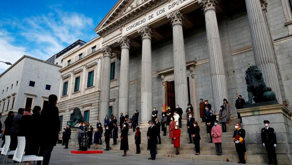 Vista general de la celebración del cuadragésimo segundo aniversario de la Constitución en la escalinata del Congreso de los Diputados este domingo en Madrid.