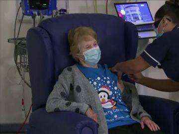 Una mujer de 90 años, la primera en vacunarse contra el coronavirus en Reino Unido