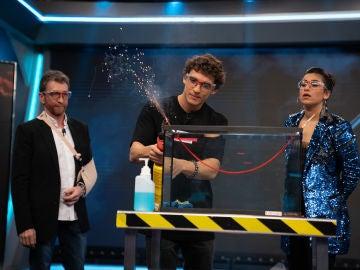 """""""¡Qué movida!"""", Marron sorprende a Miguel Herrán y a Carolina Yuste con unos 'petardos acuáticos' en 'El Hormiguero 3.0'"""