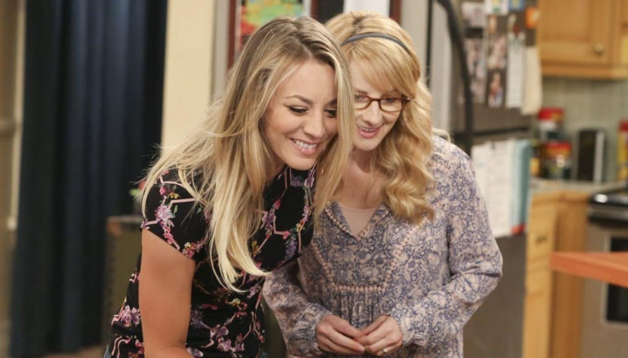 Kaley Cuoco y Melissa Rauch son Penny y Bernadette en 'The Big Bang Theory'