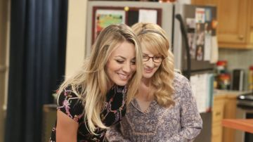 Kaley Cuoco y Melissa Rauch son Penny y Bernadette en 'The Big Bang Theory'