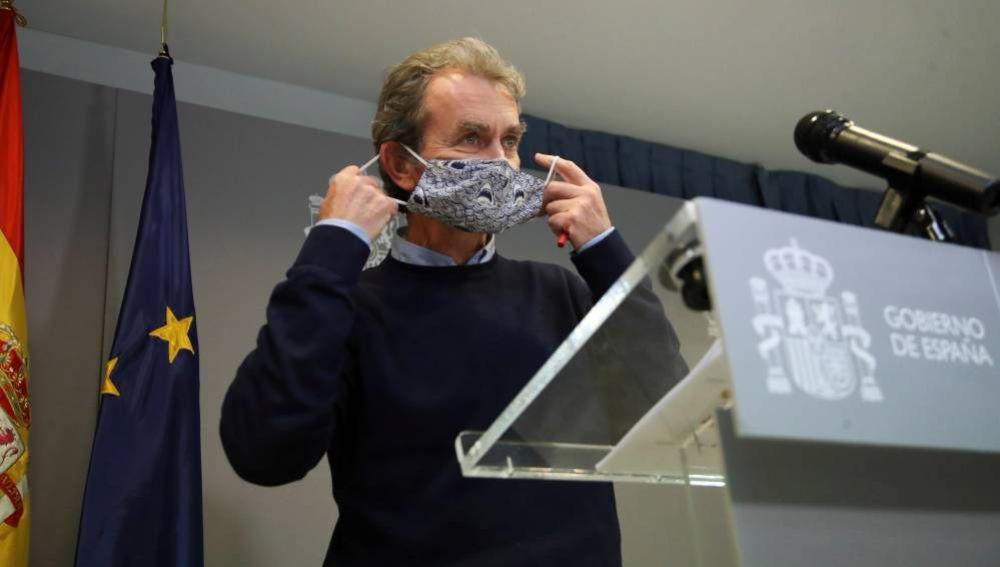 Fernando Simón se quita su mascarilla antes de su rueda de prensa en el Ministerio de Sanidad.