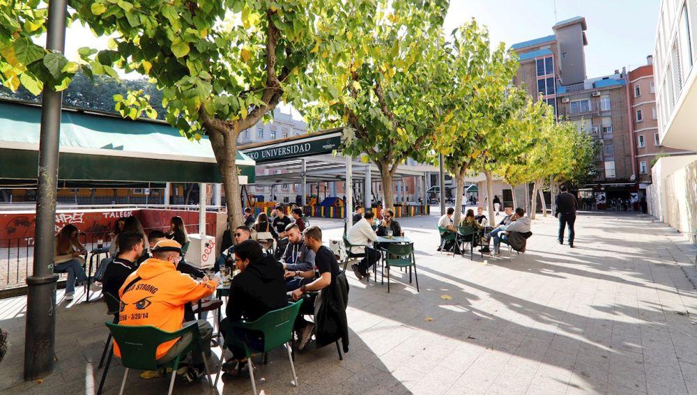 Varios estudiantes en una terraza de la Plaza de la Universidad de Murcia