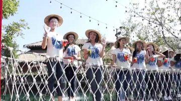 Dramático momento en que un puente se rompe tirando a 30 concursantes de Miss Tailandía a un lago sucio