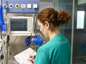 Una enfermera tomando datos