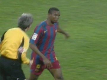 Kameni, Dani Alves, Roberto Carlos, Balotelli y otros escándalos racistas que mancharon el fútbol