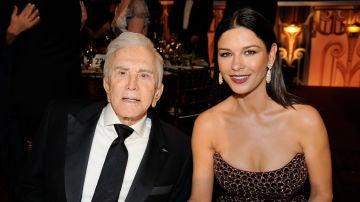 Catherine Zeta-Jones y su suegro Kirk Douglas