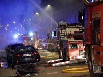 Veinte dotaciones de bomberos trabajan en el incendio de Badalona.