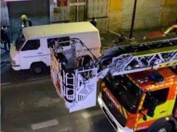 Muere un niño de 3 años y sus hermanos y su madre resultan heridos en el incendio de un edificio en Valencia