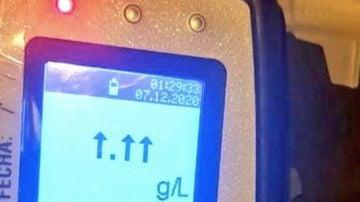Un conductor ebrio supera la tasa de alcohol en sangre medible en el alcoholímetro