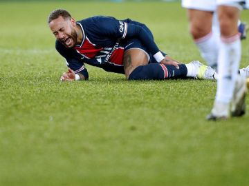 Neymar abandonó el campo en camilla y entre lágrimas por una lesión de tobillo tras una dura entrada
