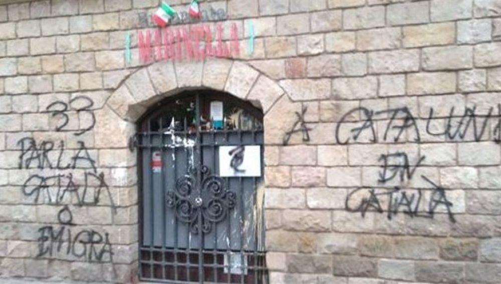 Pintadas y boicot a una pizzería de Barcelona por no atender en catalán