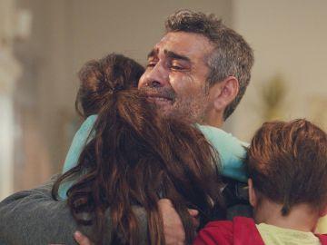 Sarp desafía a todos: su anhelado abrazo a sus hijos Nisan y Doruk al ir a ver a Bahar al hospital