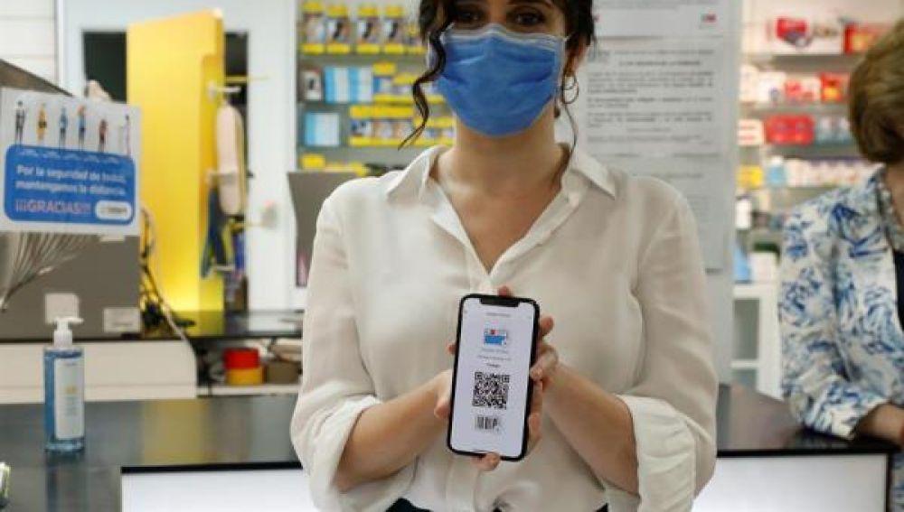 Isabel Díaz Ayuso muestra la tarjeta virtual sanitaria de la Comunidad de Madrid