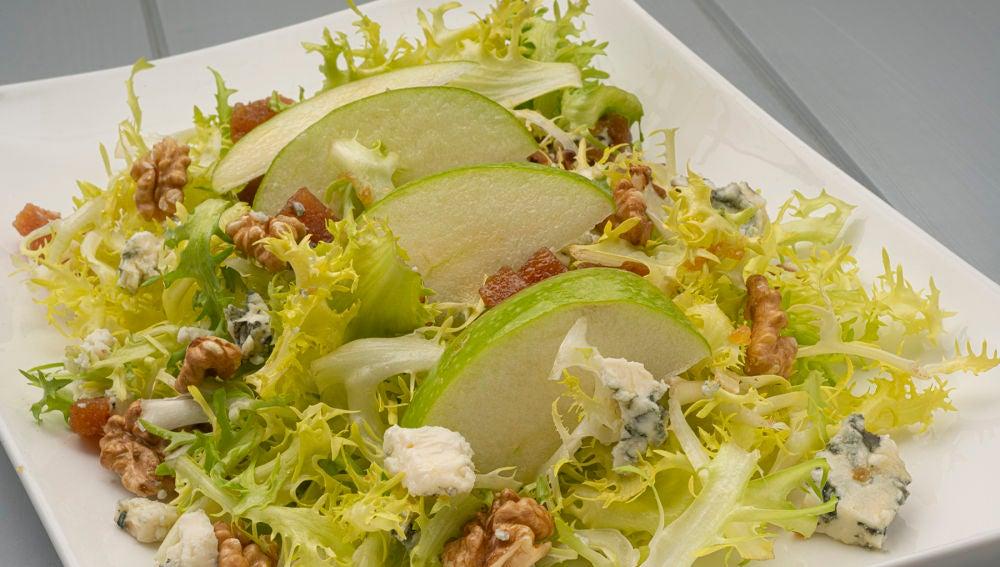 Karlos Arguiñano elabora una ensalada de escarola con manzana y queso azul