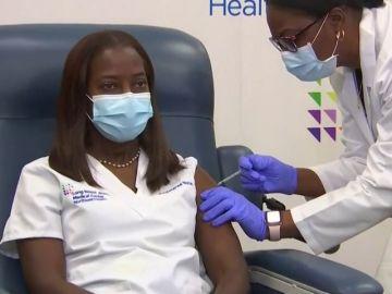 Una enfermera de la UCI de Nueva York, primera estadounidense que recibe la vacuna contra el coronavirus