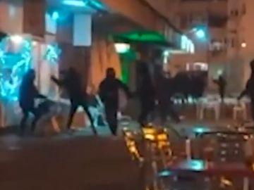 Decenas de 'Ultras Sur' destrozan un bar donde había miembros del 'Frente Atlético' viendo el derbi de Liga