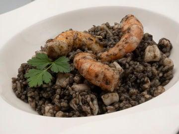 Receta de arroz negro con calamar y langostinos, de Karlos Arguiñano