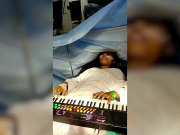 VÍDEO: Una niña de 9 años toca el piano mientras le operan un tumor del cerebro
