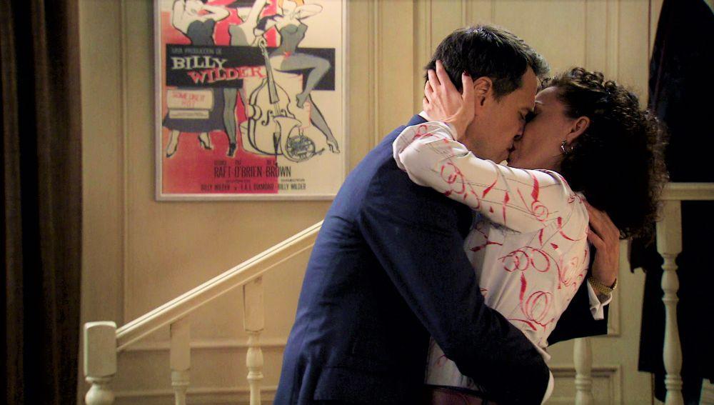 Abel y Estefanía dan rienda suelta a su amor con un romántico beso