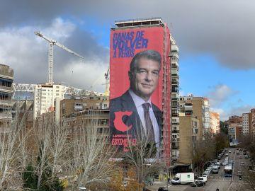 Joan Laporta arranca su campaña para presidir el Barcelona con una pancarta gigante junto al Santiago Bernabéu