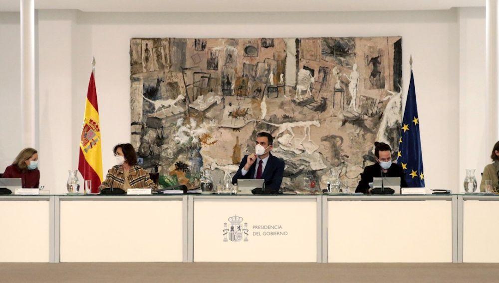 Sánchez, acompañado de los cuatro vicepresidentes, en la última reunión del Consejo de Ministros de 2020