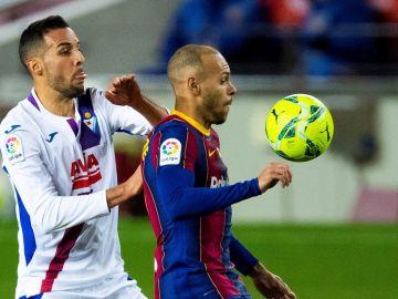 Esteban Burgos y Martin Braithwaite en la disputa de un balón