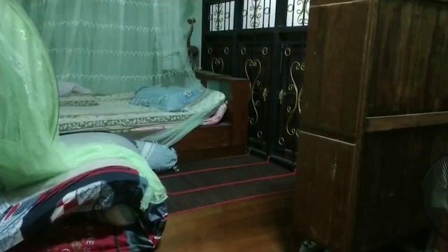 En este dormitorio hay una serpiente cobra gigante escondida