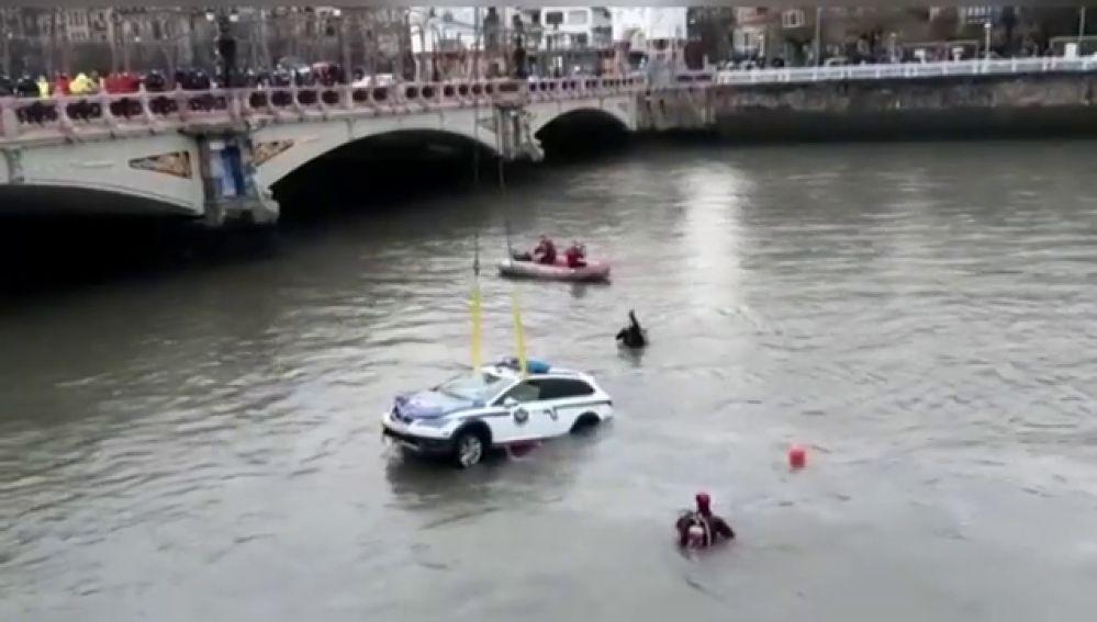 Localizan el cadáver del ertzaina que cayó con su coche patrulla al río Urumea en San Sebastián