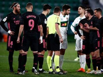 Los jugadores del Real Madrid protestan la acción del penalti de Carvajal