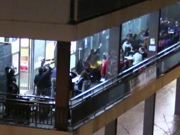 Denuncian una fiesta ilegal en una casa okupa de Barcelona con decenas de personas jugando al bingo